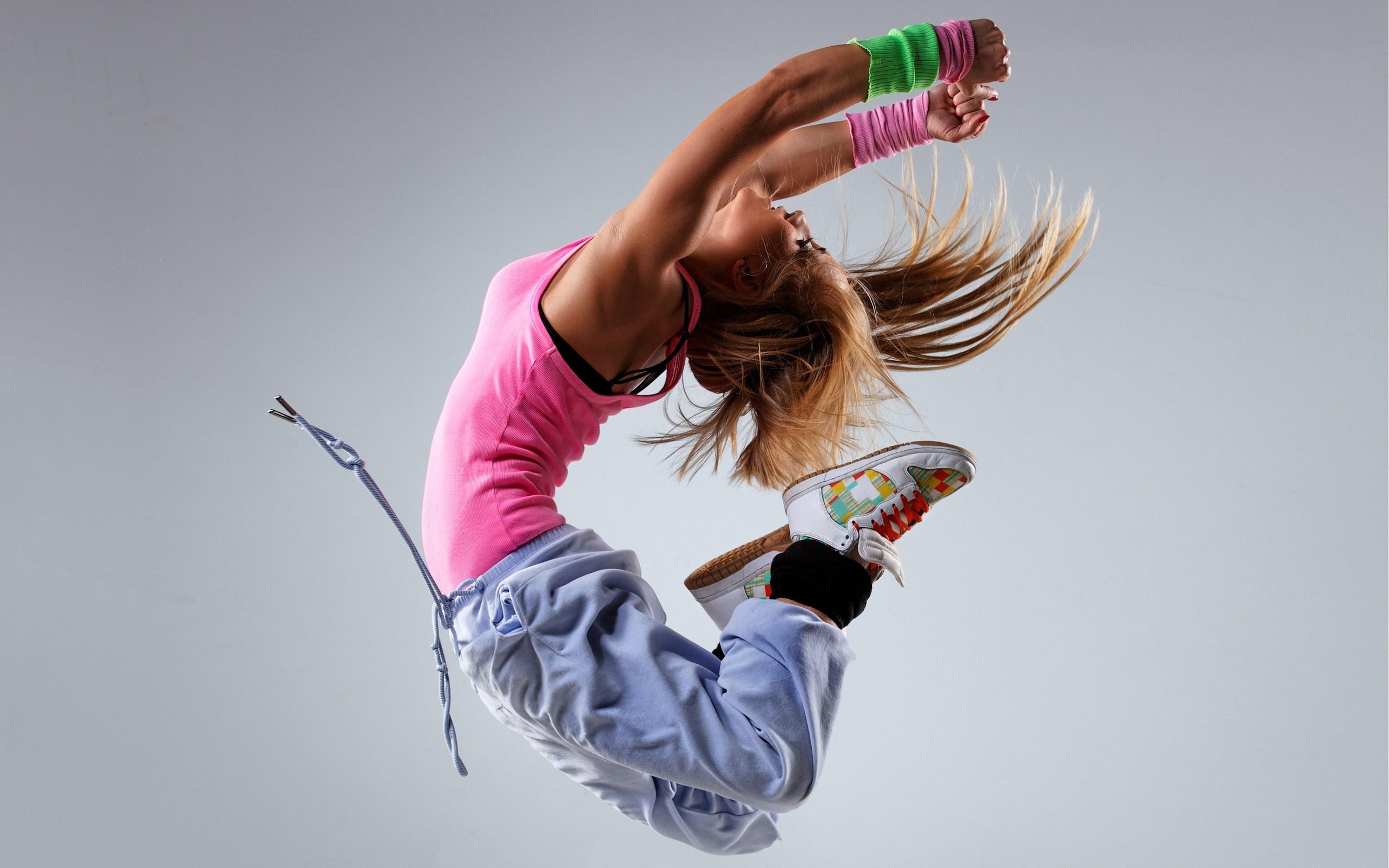 lovely-blonde-girl-dance-wallpaper-2560x1600